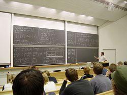 Matematiikan luento teknillisellä yliopistolla.