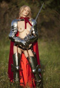 Kuva 3. Videopeleissä usein naisilla on tällaisia haarniskoja, mutta oikeasti sellaiset eivät ole saavuttaneet aikoinaan suurta suosiota armeijoissa.