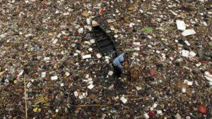 Kuva 1. Tietystissä maissa pistetään valtavasti muovia vesistöihin.